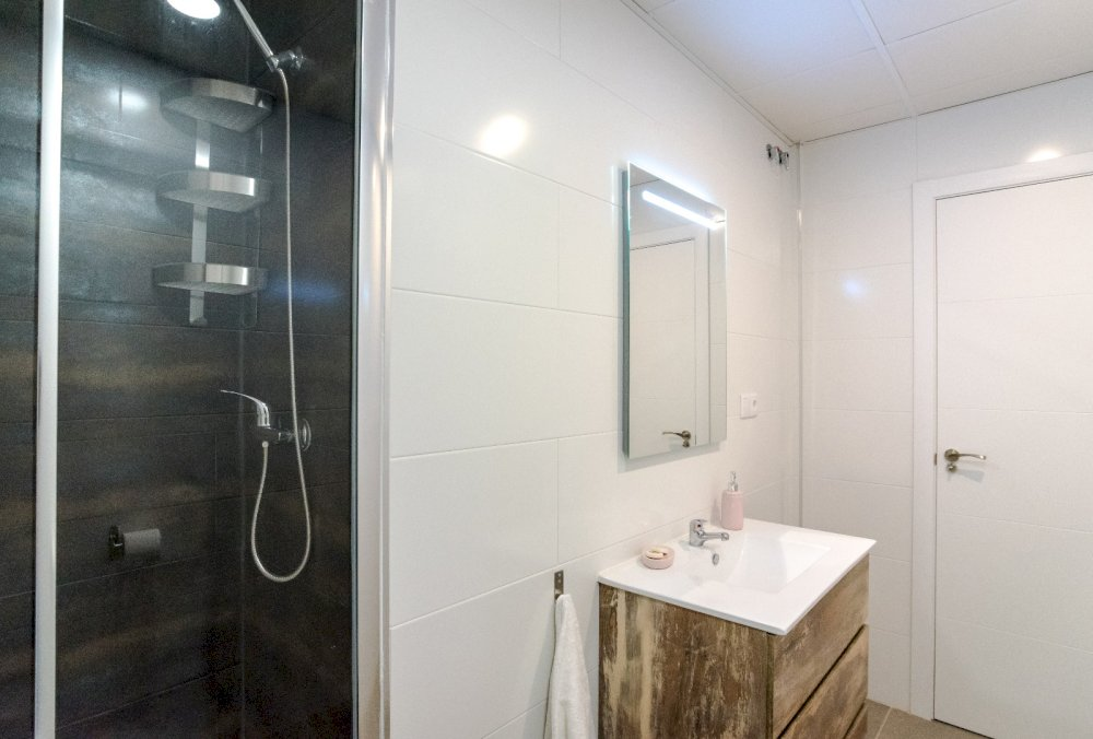 https://helpaccommodation.sextan.eu/upload/flats//-Baño c5.jpeg