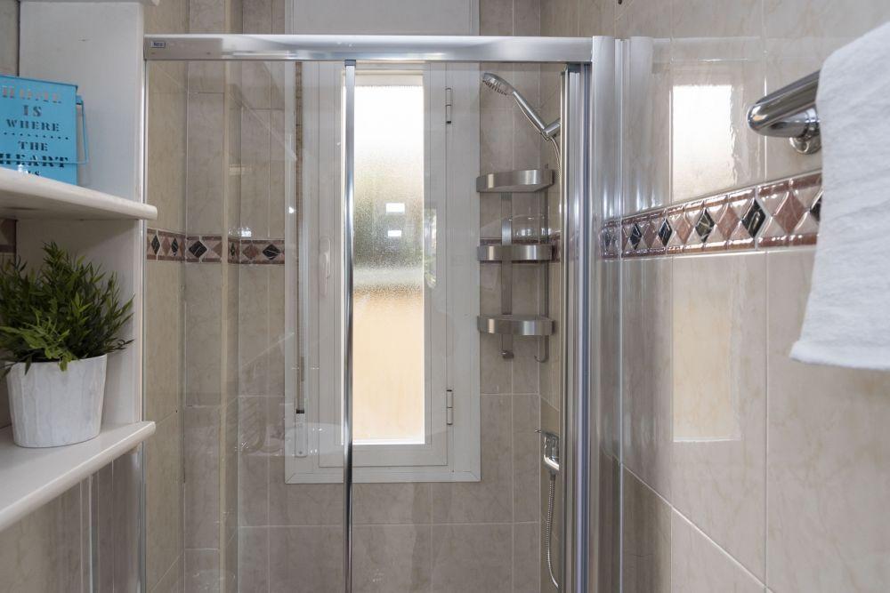 https://helpaccommodation.sextan.eu/upload/flats//-bathroom_3.jpg