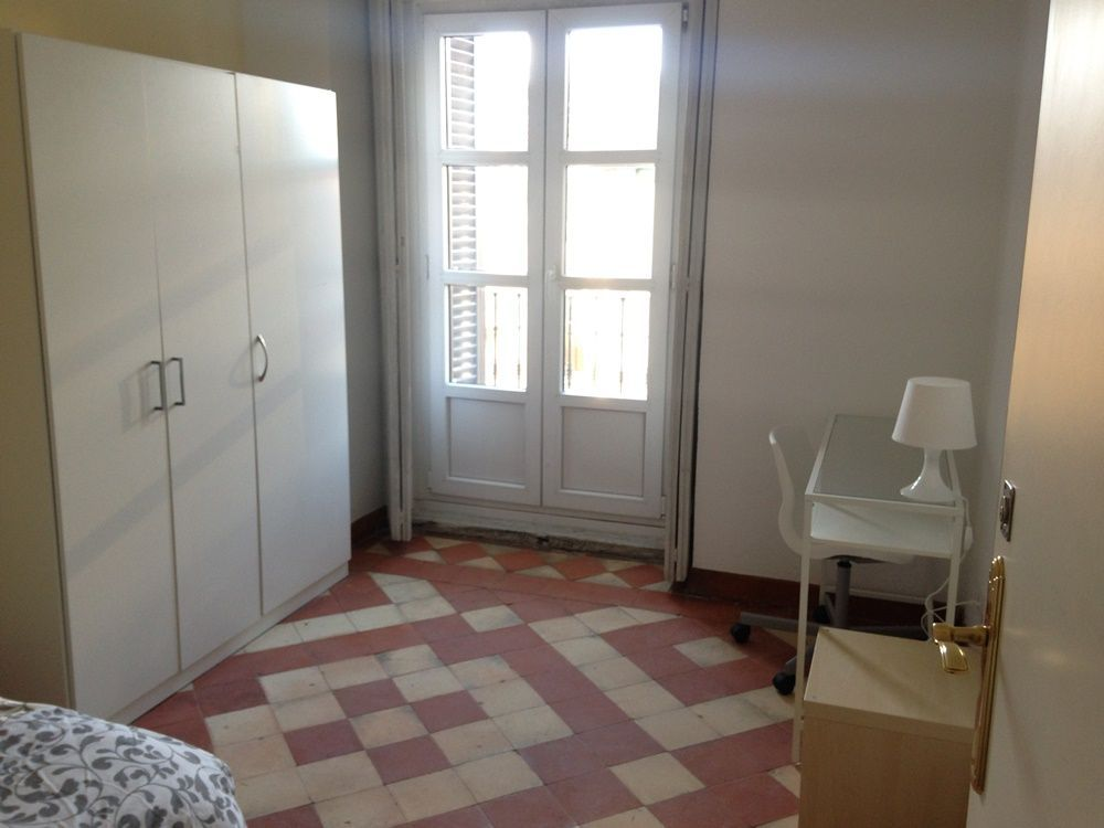 http://helpaccommodation.sextan.eu/upload/flats/H10_4B/3-3-room3.JPG