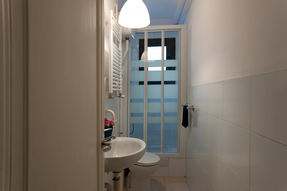 https://helpaccommodation.sextan.eu/upload/flats//-Bathroom (1)-min.jpg