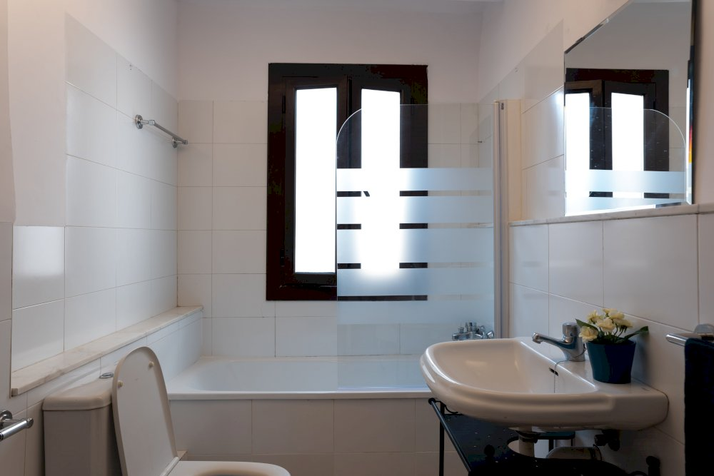 https://helpaccommodation.sextan.eu/upload/flats//-Bathroom (3)-min.jpg