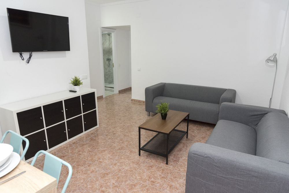 https://helpaccommodation.sextan.eu/upload/flats/PP29_32/PP29_32-1529451280livingroom.jpg