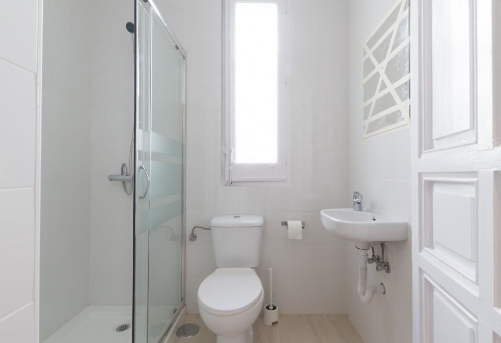 https://helpaccommodation.sextan.eu/upload/flats//-baño pequeño.jpg